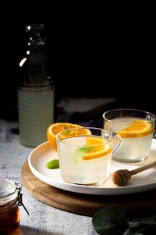Hoge hoekdranken met stukjes sinaasappel