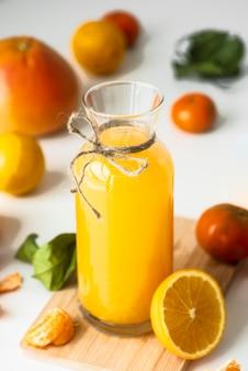 Hoge hoekfles met sinaasappelsap