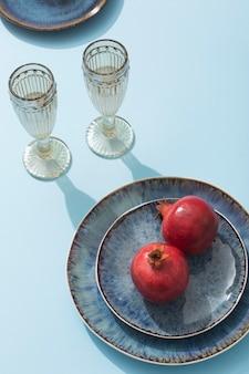 Hoge hoekglazen en granaatappel