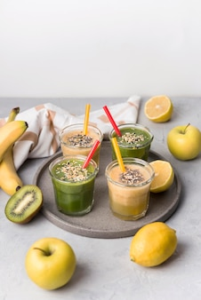 Hoge hoekglazen met fruitsmoothie