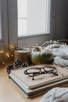 Hoge hoekglazen op agenda's met deken en lichten