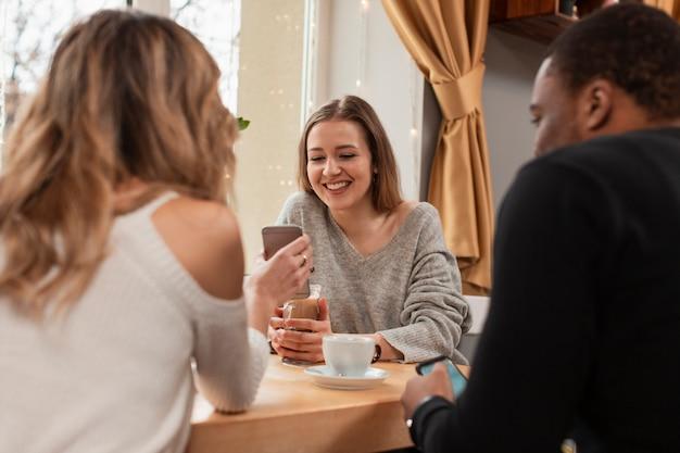Hoge hoekgroep vrienden bij restaurant