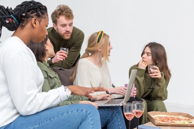 Hoge hoekgroep vrienden die laptop bekijken
