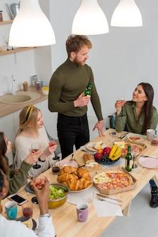 Hoge hoekgroep vrienden het eten