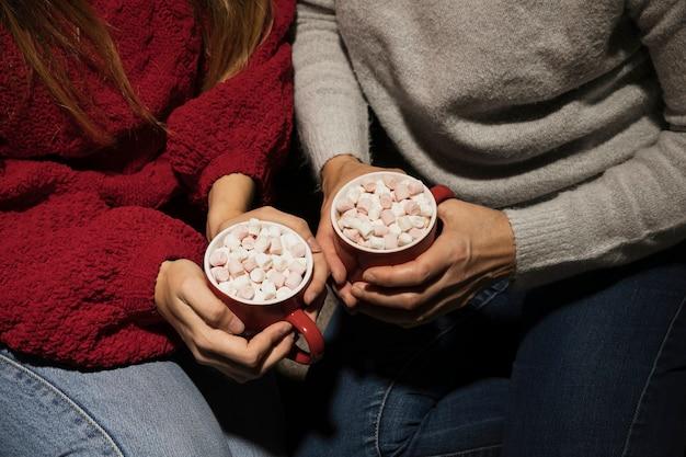 Hoge hoekhanden die kerstmisdranken houden