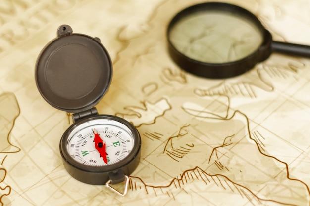 Hoge hoekkaart met vergrootglas en kompas