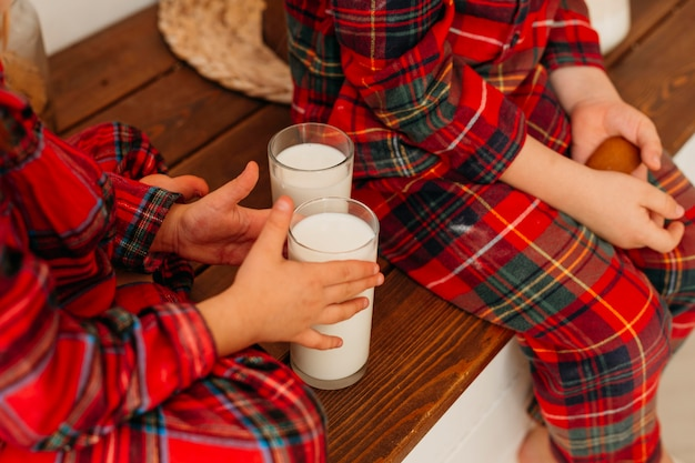 Hoge hoekkinderen die melk willen drinken