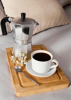 Hoge hoekkoffie als ontbijt