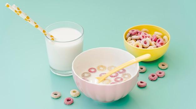 Hoge hoekkom met granen en melk op tafel