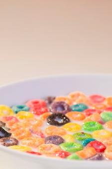 Hoge hoekkom met melk en ontbijtgranen