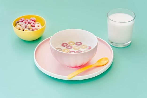Hoge hoekkom met ontbijtgranen en melk