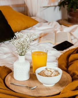 Hoge hoekkom met ontbijtgranen en sap