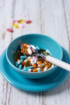 Hoge hoekkom met pillen