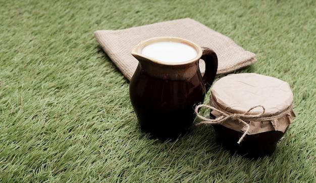 Hoge hoekkop melk op gras