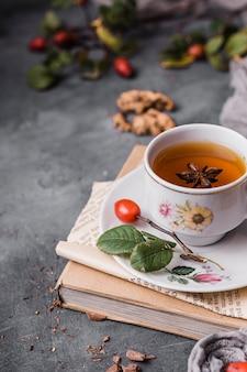 Hoge hoekkop met thee en steranijs
