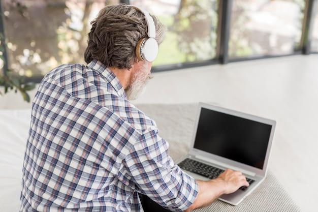 Hoge hoekleraar die laptop met behulp van