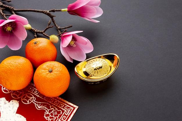 Hoge hoekmandarijnen en magnolia chinees nieuw jaar