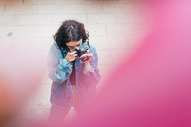 Hoge hoekmening die van vrouw foto met camera neemt