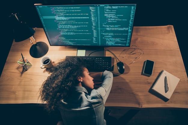 Hoge hoekmening foto van programmeur dame in slaap viel in de buurt van monitor overuren