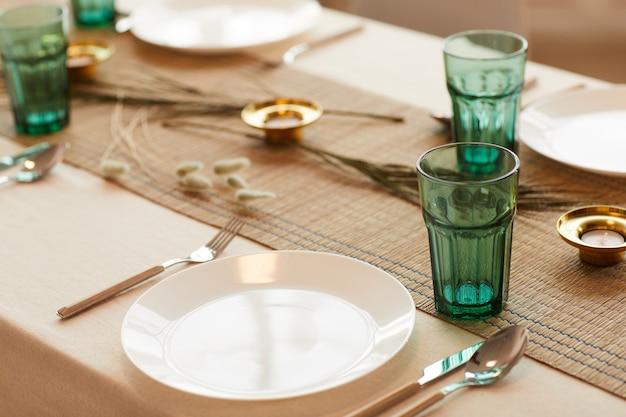 Hoge hoekmening op delicate tafel serveren in minimaal keukeninterieur