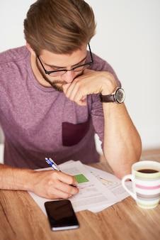 Hoge hoekmening over man aan het werk over documenten