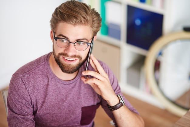 Hoge hoekmening over man met mobilofoon