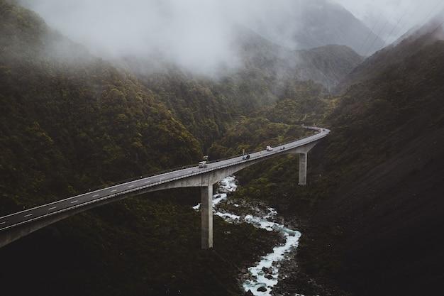 Hoge hoekmening van arthur's pass, nieuw-zeeland, bedekt door de mist op een sombere dag