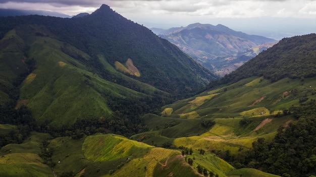 Hoge hoekmening van berg in nan-provincie thailand
