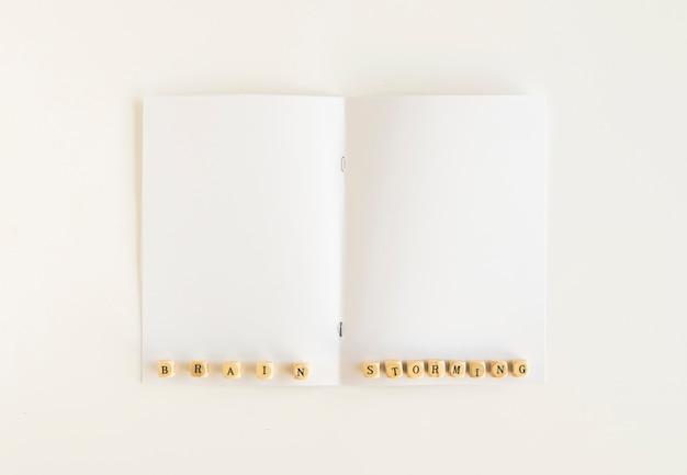 Hoge hoekmening van brainstormingsblokken op witte kaart