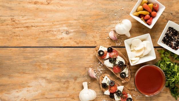 Hoge hoekmening van bruschetta en ingrediënt op houten achtergrond