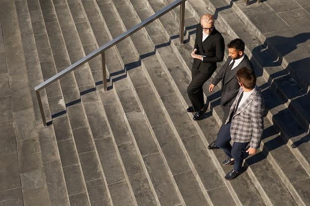 Hoge hoekmening van business team samen de trap af in de stad