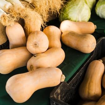 Hoge hoekmening van butternut squash bij supermarkt markt
