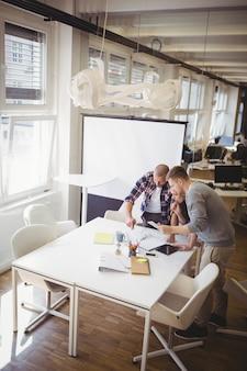 Hoge hoekmening van collega's die in vergaderzaal bespreken