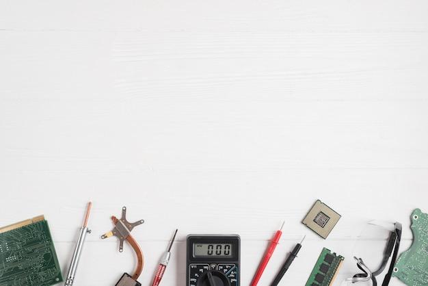 Hoge hoekmening van computeronderdelen en hulpmiddelen op houten achtergrond