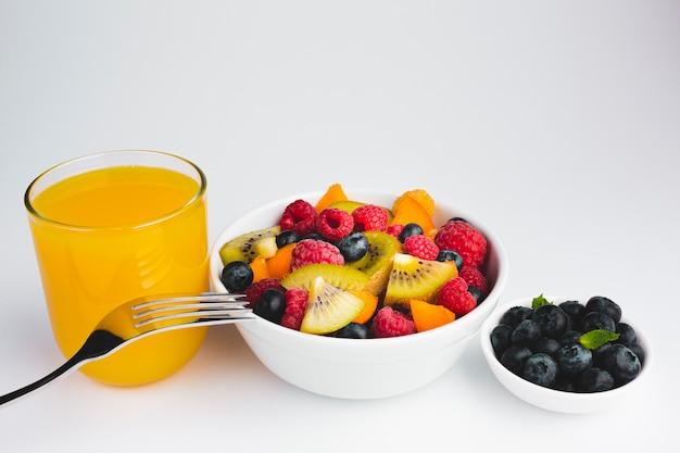 Hoge hoekmening van de close-up van kommen fruit