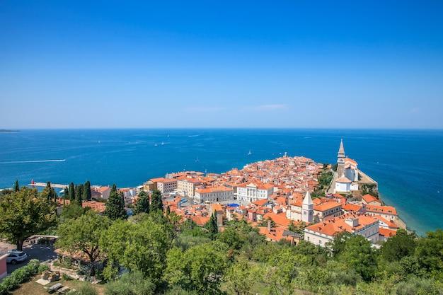 Hoge hoekmening van de stad piran, slovenië op het lichaam van de middellandse zee