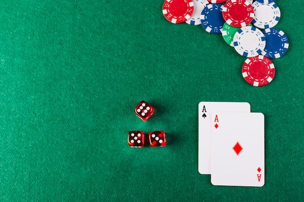 Hoge hoekmening van dobbelstenen; chips en aas speelkaarten op pokertafel