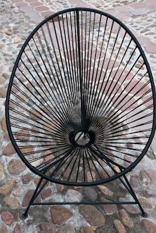 Hoge hoekmening van een metalen stoel, fabrica la aurora, san miguel de allende, guanajuato, mexico