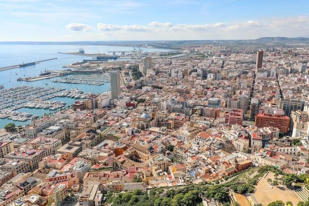 Hoge hoekmening van een stad aan het lichaam van de zee in spanje