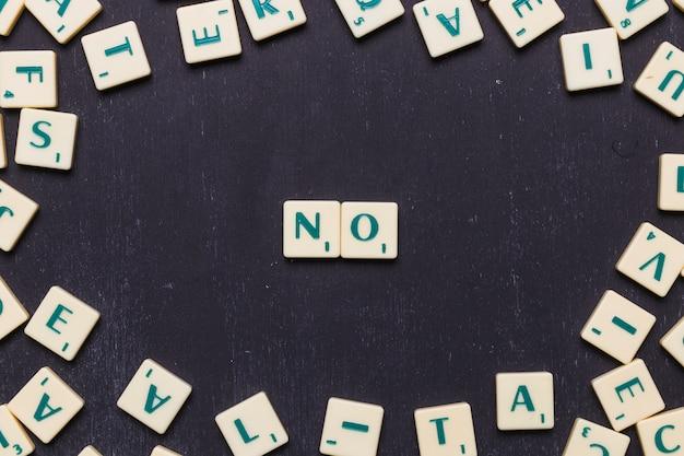 Hoge hoekmening van geen woord met scrabble letters