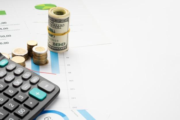 Hoge hoekmening van geld bovenop grafiek