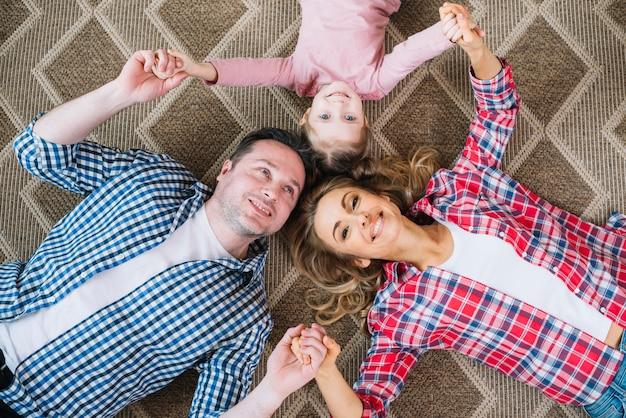 Hoge hoekmening van gelukkige familie hand in hand