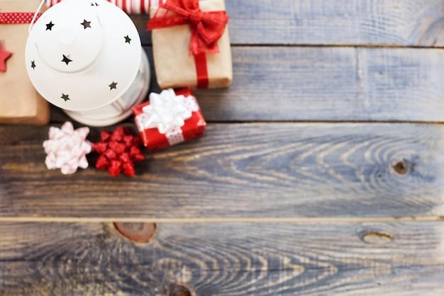Hoge hoekmening van geschenken en lantaarn