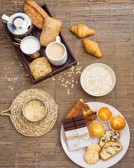 Hoge hoekmening van gezond ontbijt op placemat