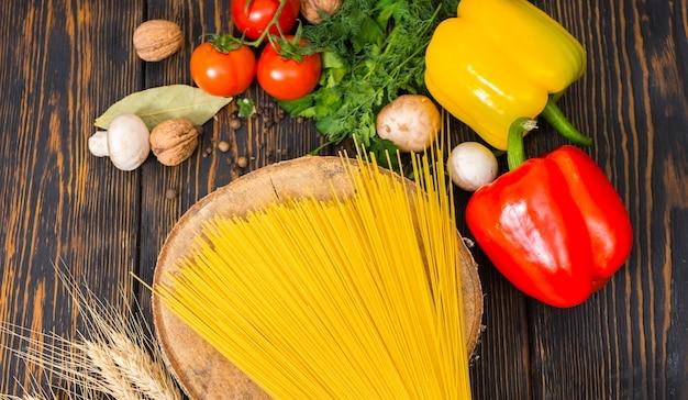 Hoge hoekmening van groenten, dille en peterselie rond houten tribune