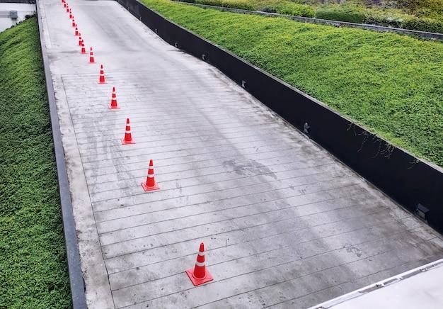 Hoge hoekmening van groep oranje verkeerskegels langs de weg