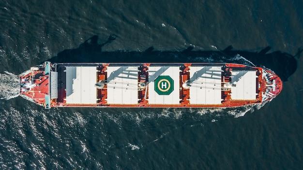 Hoge hoekmening van groot vrachtschip in de zee