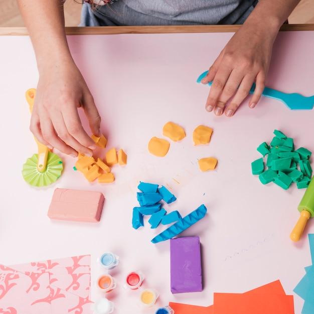Hoge hoekmening van hand met kleurrijke klei