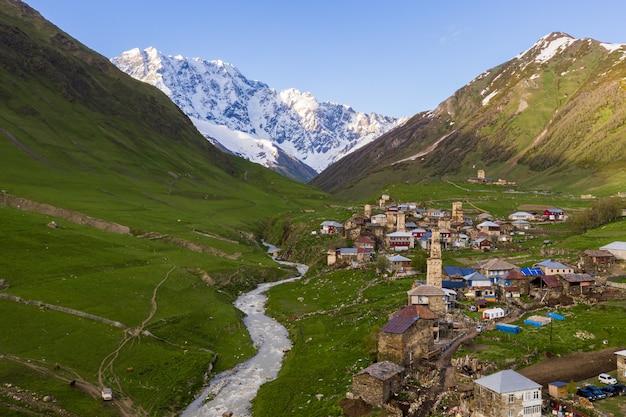 Hoge hoekmening van het historische ushguli-dorpslandschap in georgië