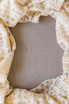 Hoge hoekmening van kantgordijn op duidelijke textiel
